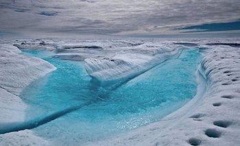 Río de deshielo sobre un glaciar en Groenlandia
