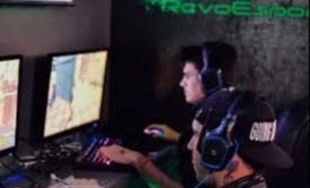 Gamers jugando videojuegos