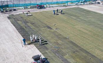 El Estadio Centenario tiene su nueva alfombra de césped