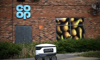 Un robot autónomo se muestra en su camino para entregar comestibles de un supermercado Co-op.