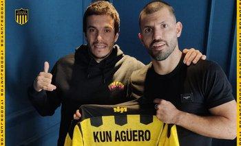 El Kun Agüero con su camiseta de Peñarol