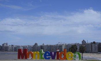 Letras de Montevideo sobre la rambla de Pocitos