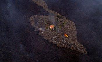 """La residencia fue bautizada la """"casa milagrosa"""" por haber sido afectada por el devastador paso de la lava, como muchas otras."""
