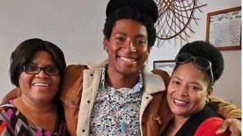 Daniel Robinson, en el centro de la imagen junto a su madre y a su abuela, ha estado desaparecido desde hace tres meses.
