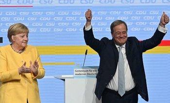 El líder de la CDU, Armin Laschet (derecha) es el sucesor favorito de Angela Merkel, pero su liderazgo ha sufrido varios reveses