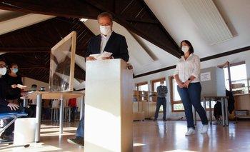 El líder conservador de la CDU de la Unión Demócrata Cristiana de Alemania y candidato a canciller Armin Laschet deposita su voto en un colegio electoral en Aquisgrán, Alemania occidental