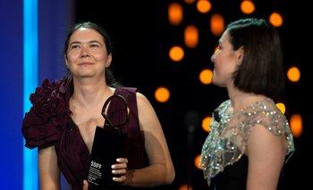 """La directora de cine rumana Alina Grigore recibe el premio """"Concha de Oro"""" a la mejor película por """"Luna azul"""" (Crai nou) durante la ceremonia de clausura del 69º Festival de Cine de San Sebastián"""