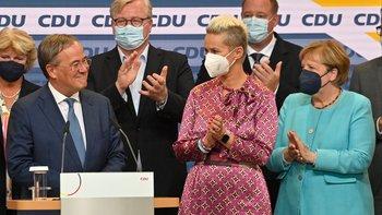 El líder de la Unión Demócrata Cristiana (CDU) y candidato a canciller Armin Laschet (izq.) Reacciona en el escenario mientras se dirige a la audiencia en la sede de la CDU después de que las estimaciones fueran transmitidas por televisión en Berlín