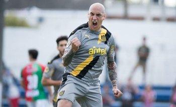 Ariel Nahuelpan celebra y Peñarol suma de a tres puntos