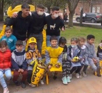Facundo Torres, Valentín Rodríguez y Agustín Álvarez Martínez visitaron la escuela y jardín del Barrio Peñarol en el marco de los festejos del club por sus 130 años