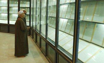 """En esta foto de marzo de 2003 se puede ver el Corán de sangre expuesto en una vitrina en la mezquita llamada en ese entonces """"Madre de todas las batallas"""""""