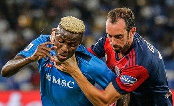 Diego Godín toma del cuello a Victor Osimhen de Napoli en su retorno a las canchas tras su lesión