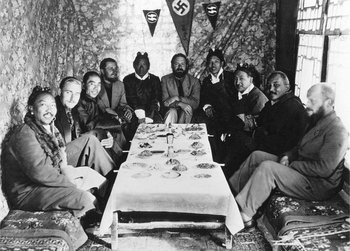 Bruno Beger, segundo a la izquierda, y otros en una reunión en Lhasa, Tíbet, en 1939