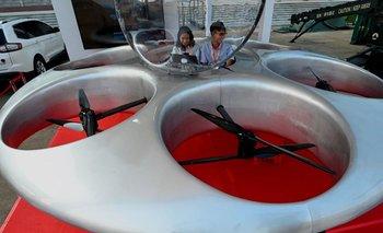 Empleados revisan la cabina del Shenzhen Eflying Car en la 13a Exposición Internacional de Aviación y Aeroespacial de China en Zhuhai, en la provincia de Guangdong, en el sur de China.