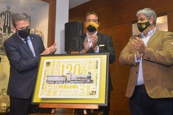 El presidente del Correo Uruguayo, Rafael Navarrine, el presidente de Peñarol, Ignacio Ruglio y el secretario general, Evaristo González