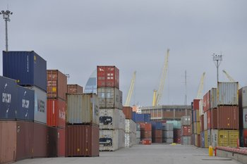 Contenedores en puerto de Montevideo.