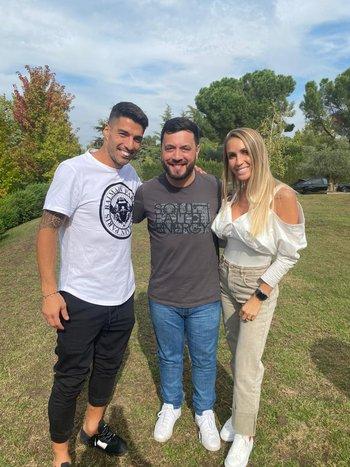 Sugo junto a Suárez y Sofía Balbi