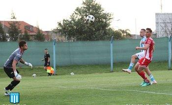 Amaral define por arriba del golero en el gol ante Unión