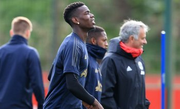 Pogba y Mou sonríen en medio de la tensión que se vive en Manchester United