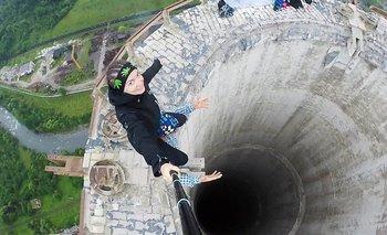 Estos jóvenes arriesgaron su vida para tomarse este selfie en la cornisa de una chimenea de 180 metros de altura en desuso en Rumania