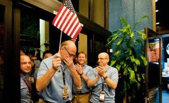 El ingeniero Miguel San Martín festeja junto a sus compañeros el aterrizaje de Curiosity en Marte.