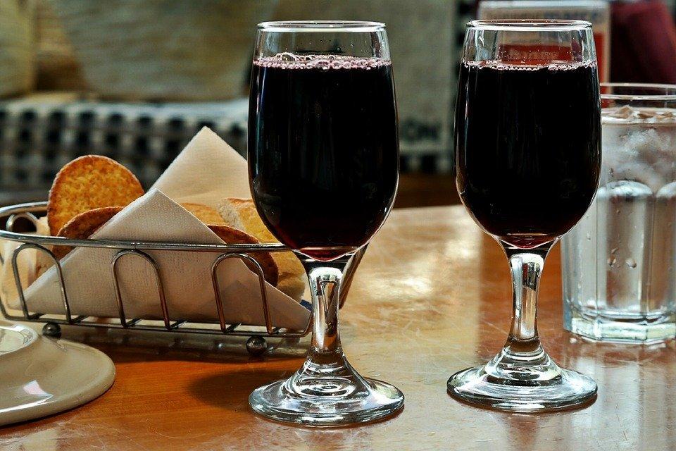 https://pixabay.com/es/vino-tinto-copas-de-vino-blanco-1069717/