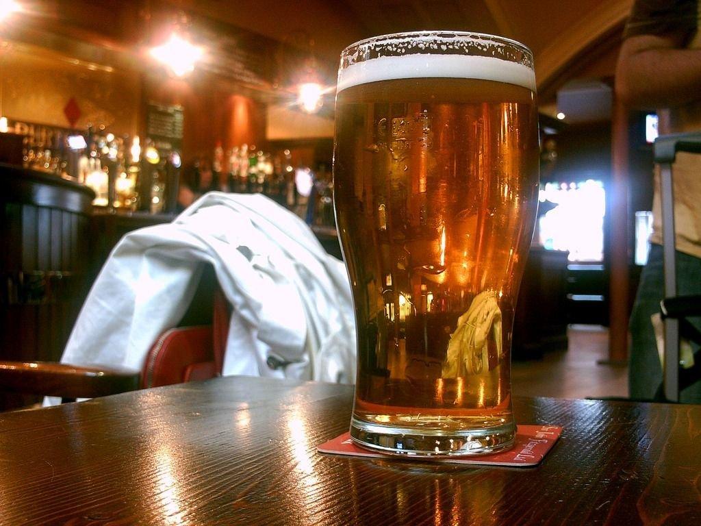 Video viral explica por qué hay que servir la cerveza con espuma