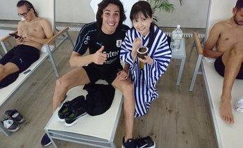 Mina, la hincha japonesa de Uruguay, junto a Cavani