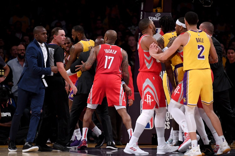 Jugadores de Lakers y Rockets terminan a puñetazos