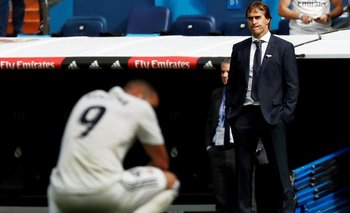 Julen Lopetegui observa con preocupación a su equipo ser derrotado por el Levante en la Liga española.