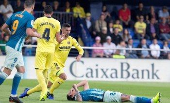 José María Giménez en el suelo ante varios jugadores del Villarreal