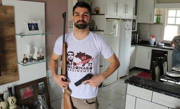El brasileño Elton Nascimento exhibe sus pasiones en su casa de Treze de Maio.