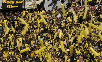 La hinchada de Peñarol alentando al equipo durante el último clásico, disputado el sábado 20