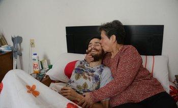 Marcelo y Etelvina, su mamá en el cuarto donde descansa su hijo.