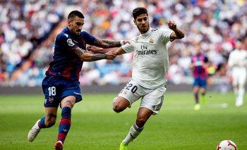 Erick Cabaco intenta quitarle la pelota a Marco Asensio