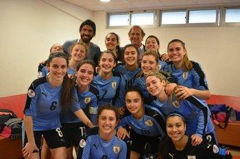 Las sub 20 celestes de fútbol sala junto a Seré, su DT, y el Loco Abreu