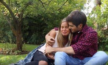 Camila Rajchman y Fer Vázquez, abrazados; cuando en marzo de 2016 la mujer de la dupla anunció su salida de la banda grabaron un video y lo publicaron en redes sociales