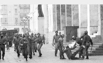 La icónica imagen de represión en la explanada de la Facultad de Derecho