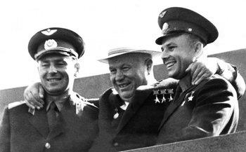El líder soviético Nikita Kruschev (centro) junto a los cosmonautas Yuri Gagarin (a la derecha de la foto) y Gherman Titov, en la Plaza Roja de Moscú en 1961