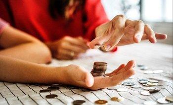La serie estadounidense de Netflix explica de manera fácil y didáctica nuestra relación con el dinero en la vida cotidiana