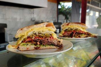 El chivito pelea por su lugar en el top 10 de los mejores sándwiches del mundo