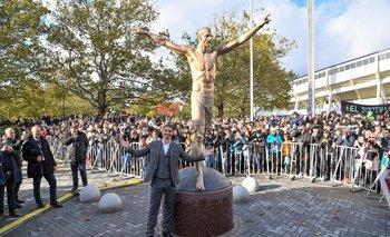 Zlatan con su estatua