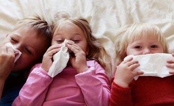 Es importante que los niños aprendan a sonarse la nariz para limpiar las vías respiratorias.