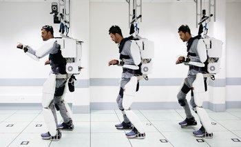 Secuencia de fotos de Thibault utilizando el exoesqueleto para caminar