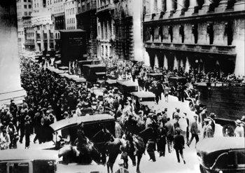 Una multitud reunida ante la bolsa de Wall Street el 24 de octubre de 1929