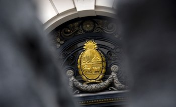 Escudo Nacional en la puerta de la sede de la Suprema Corte de Justicia