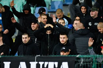 Gestos racistas de los hinchas de Bulgaria