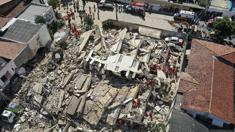 Se derrumba edifico de siete pisos en Brasil
