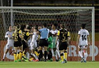 Forcejeos en el Peñarol - Colo Colo