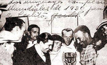 La foto apócrifa de Carlos Gardel visitando a la selección uruguaya en la concentración con la copa, algo que no existió